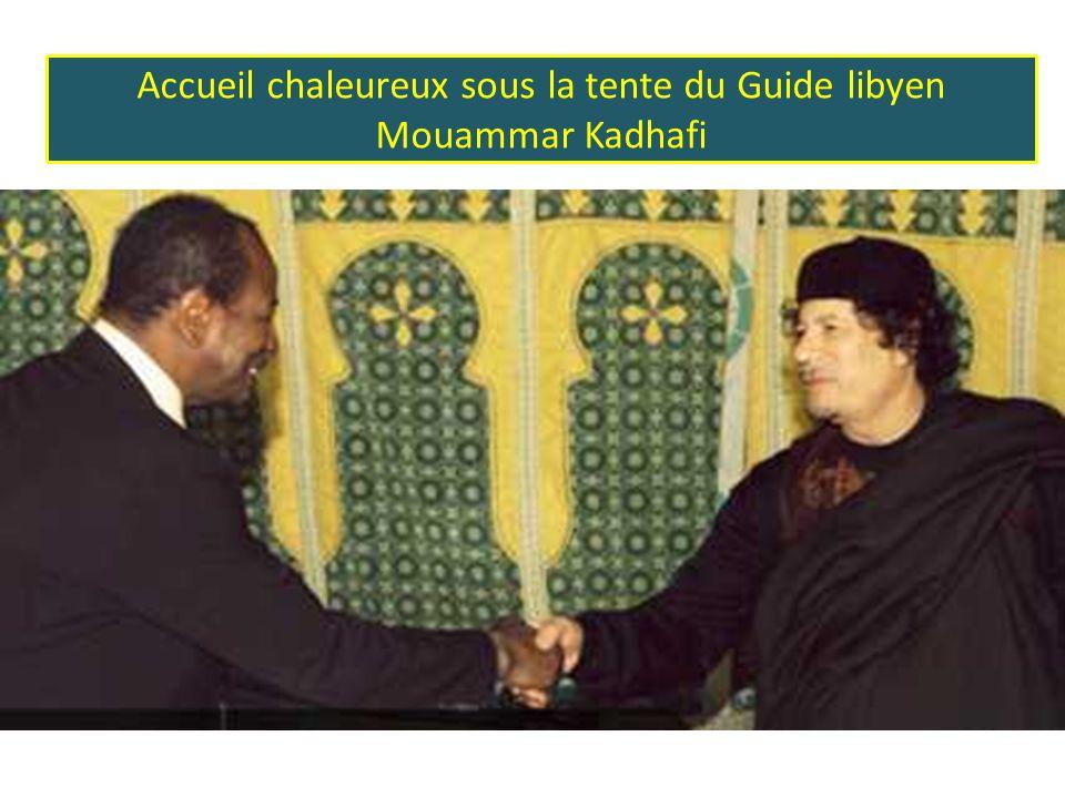 Accueil chaleureux sous la tente du Guide libyen Mouammar Kadhafi