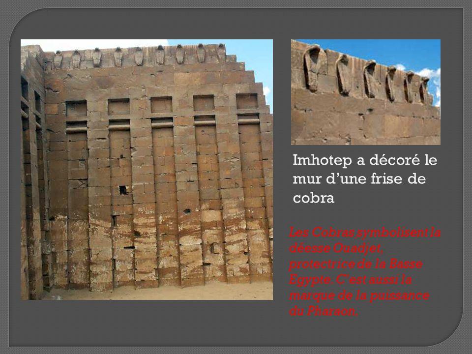 Imhotep a décoré le mur d'une frise de cobra