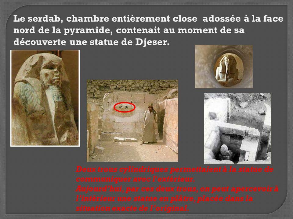 Le serdab, chambre entièrement close adossée à la face nord de la pyramide, contenait au moment de sa découverte une statue de Djeser.