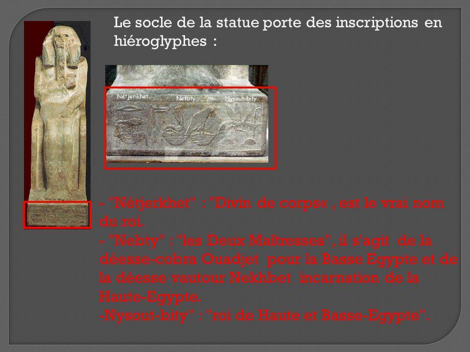 Le socle de la statue porte des inscriptions en hiéroglyphes :