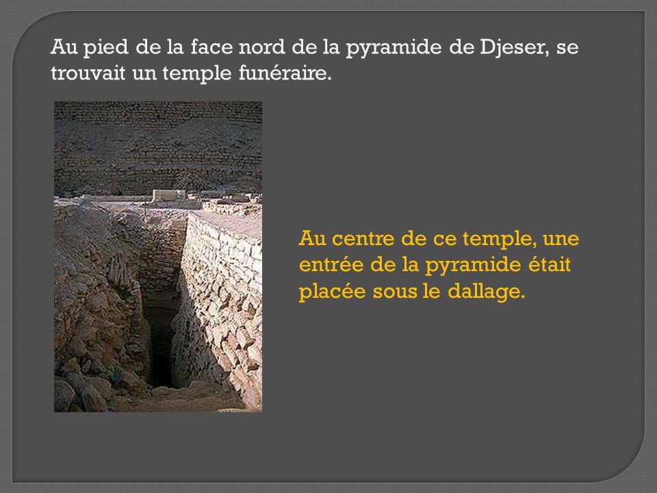 Au pied de la face nord de la pyramide de Djeser, se trouvait un temple funéraire.