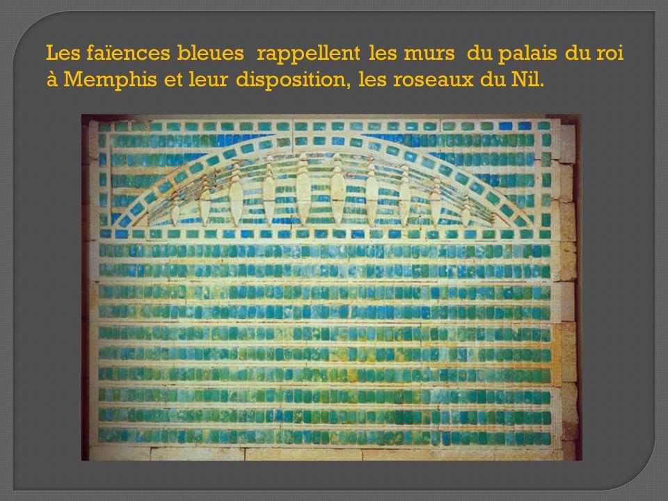Les faïences bleues rappellent les murs du palais du roi à Memphis et leur disposition, les roseaux du Nil.