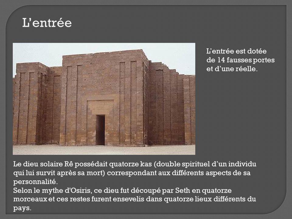 L'entrée L'entrée est dotée de 14 fausses portes et d'une réelle.