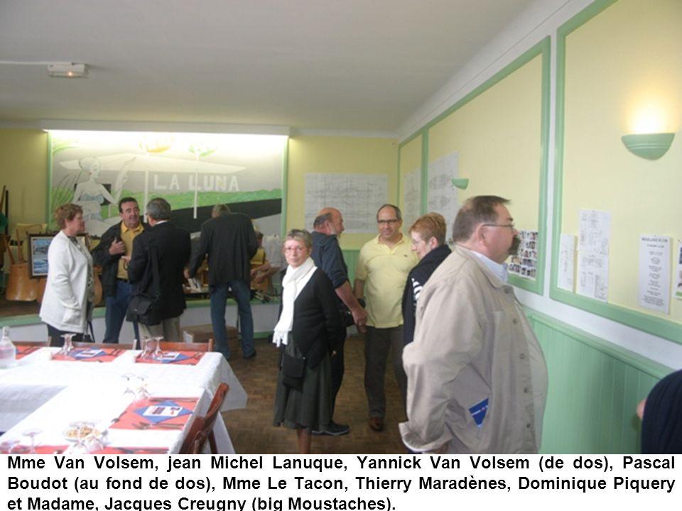 Mme Van Volsem, jean Michel Lanuque, Yannick Van Volsem (de dos), Pascal Boudot (au fond de dos), Mme Le Tacon, Thierry Maradènes, Dominique Piquery et Madame, Jacques Creugny (big Moustaches).