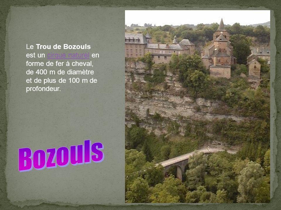 Le Trou de Bozouls est un cirque naturel en forme de fer à cheval, de 400 m de diamètre et de plus de 100 m de profondeur.