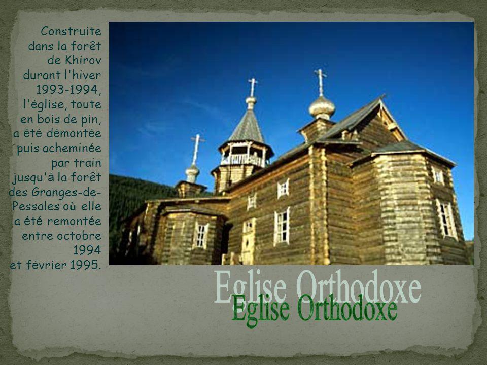 Construite dans la forêt de Khirov durant l hiver 1993-1994, l église, toute en bois de pin, a été démontée puis acheminée par train jusqu à la forêt des Granges-de-Pessales où elle