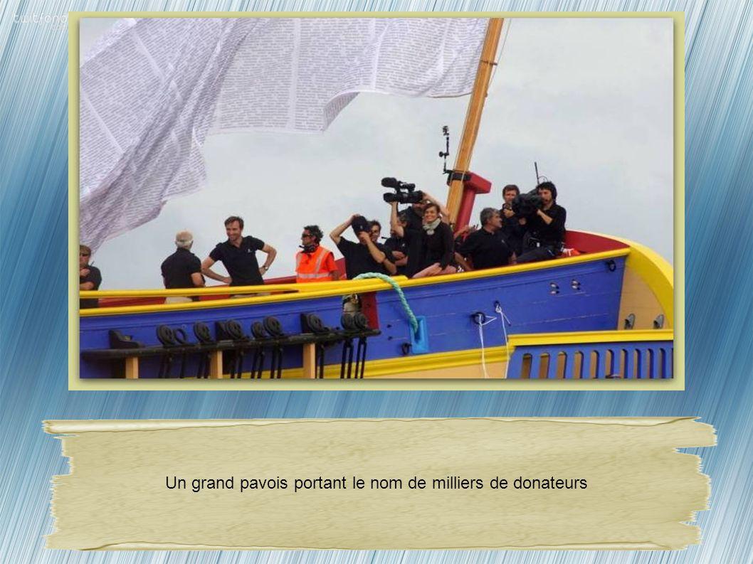 Un grand pavois portant le nom de milliers de donateurs