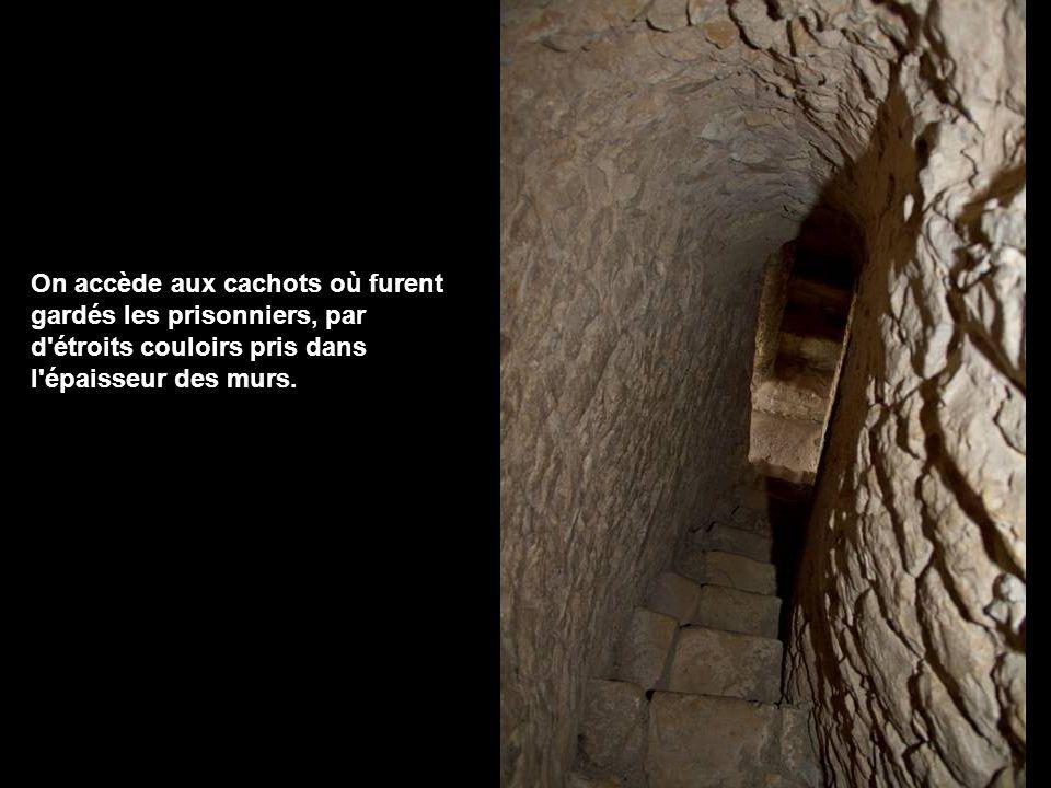 On accède aux cachots où furent gardés les prisonniers, par d étroits couloirs pris dans l épaisseur des murs.