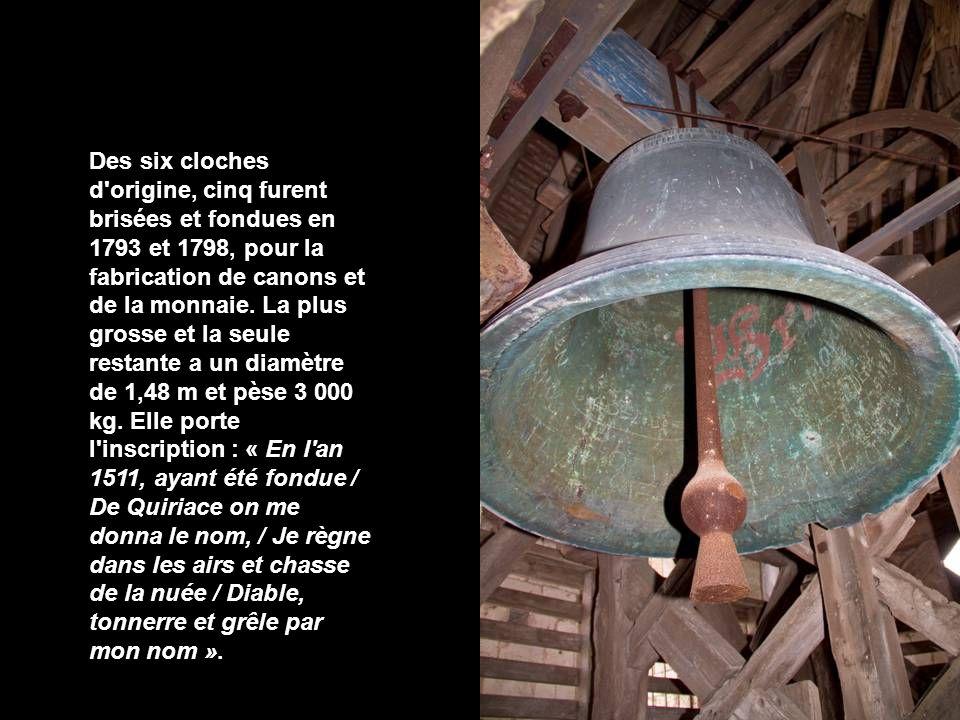Des six cloches d origine, cinq furent brisées et fondues en 1793 et 1798, pour la fabrication de canons et de la monnaie.