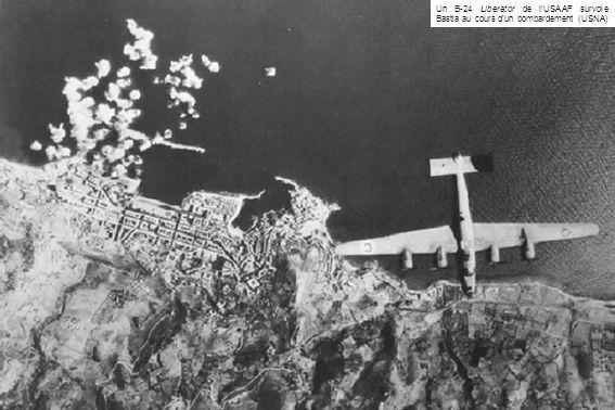 Un B-24 Liberator de l'USAAF survole Bastia au cours d'un bombardement (USNA)