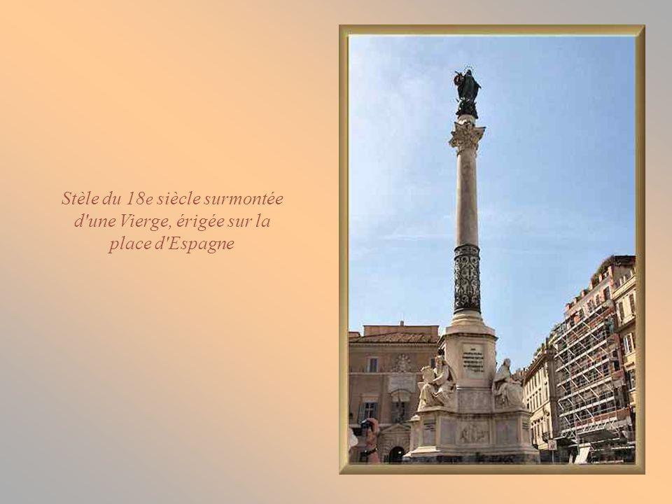 Stèle du 18e siècle surmontée d une Vierge, érigée sur la place d Espagne