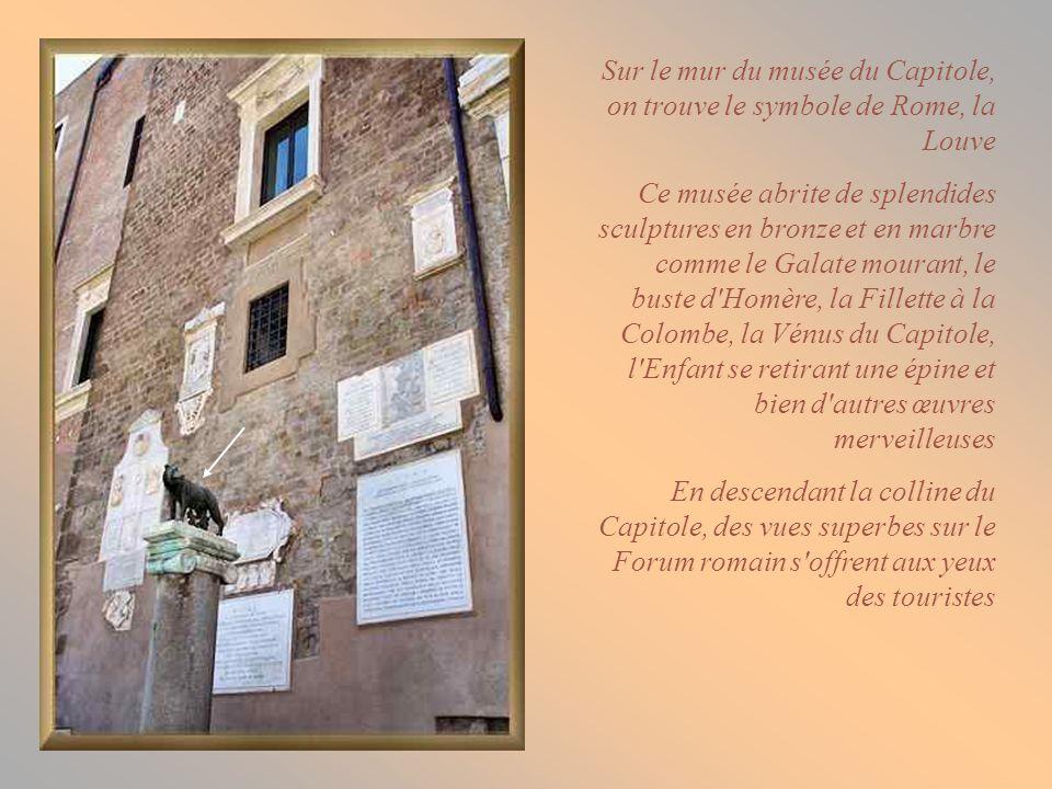 Sur le mur du musée du Capitole, on trouve le symbole de Rome, la Louve