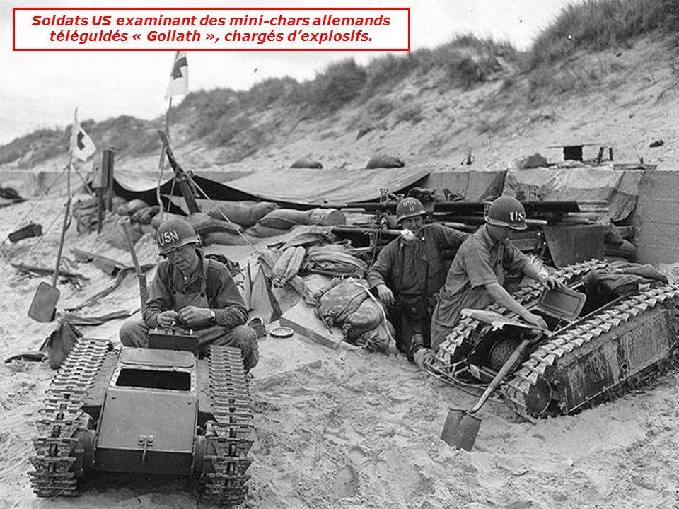 Soldats US examinant des mini-chars allemands téléguidés « Goliath », chargés d'explosifs.