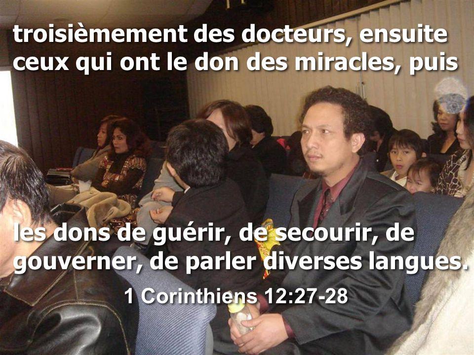 troisièmement des docteurs, ensuite ceux qui ont le don des miracles, puis