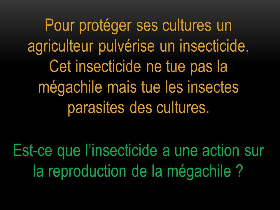 Pour protéger ses cultures un agriculteur pulvérise un insecticide