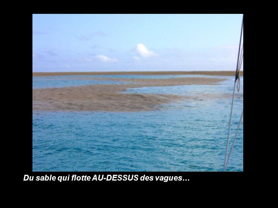 Du sable qui flotte AU-DESSUS des vagues…