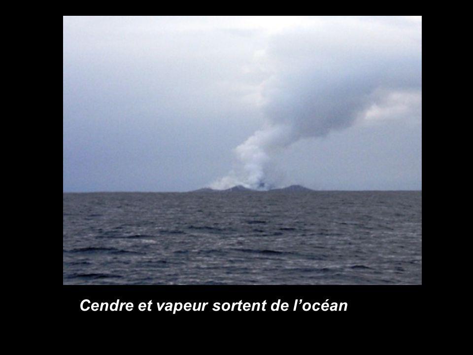 Cendre et vapeur sortent de l'océan