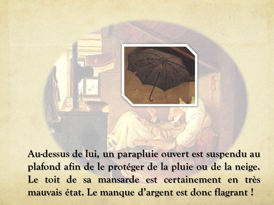 Au-dessus de lui, un parapluie ouvert est suspendu au plafond afin de le protéger de la pluie ou de la neige.