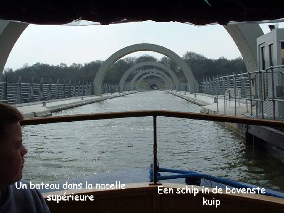 Een schip in de bovenste kuip Un bateau dans la nacelle supérieure