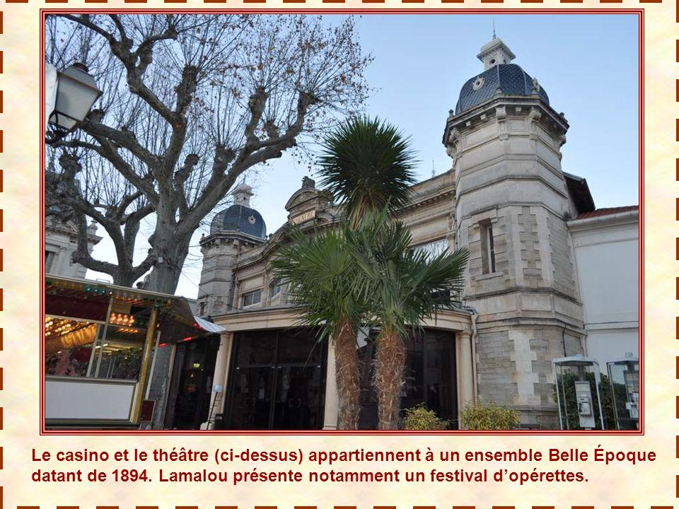 Le casino et le théâtre (ci-dessus) appartiennent à un ensemble Belle Époque datant de 1894.