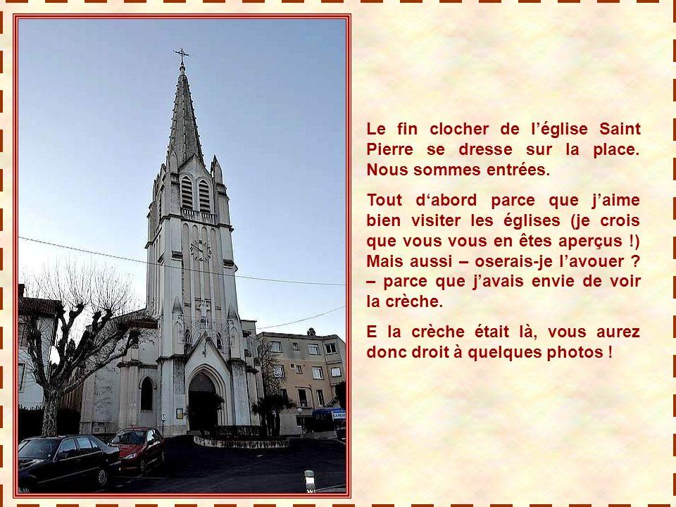 Le fin clocher de l'église Saint Pierre se dresse sur la place