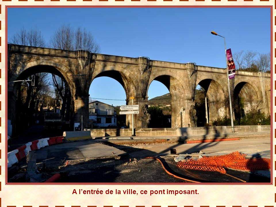 A l'entrée de la ville, ce pont imposant.