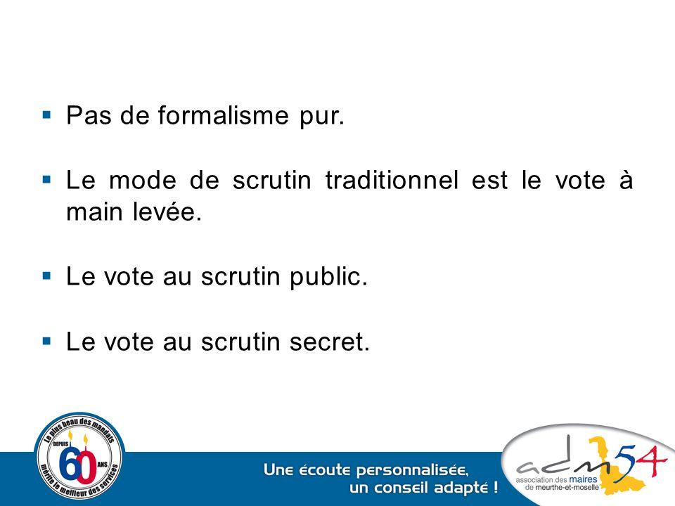 Pas de formalisme pur. Le mode de scrutin traditionnel est le vote à main levée. Le vote au scrutin public.