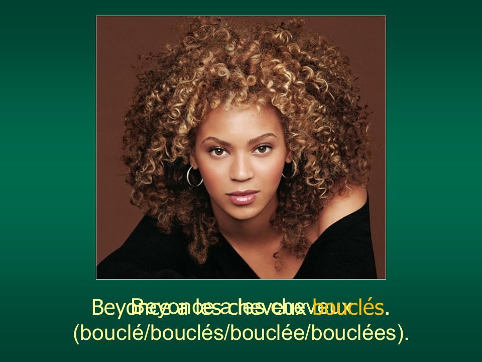 Beyonce a les cheveux bouclés.