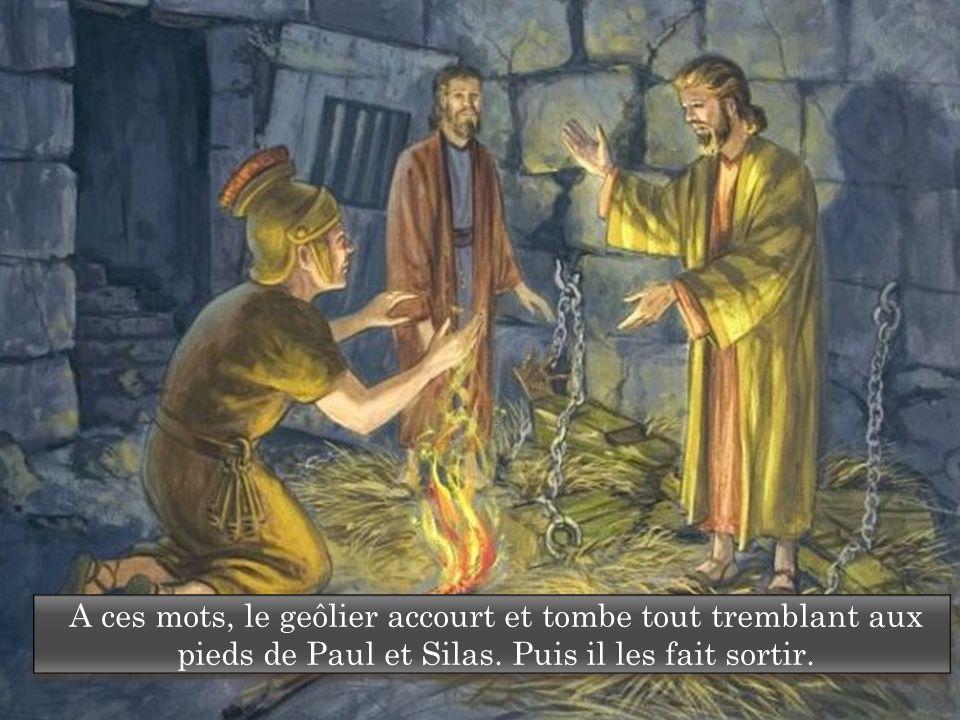 A ces mots, le geôlier accourt et tombe tout tremblant aux pieds de Paul et Silas.