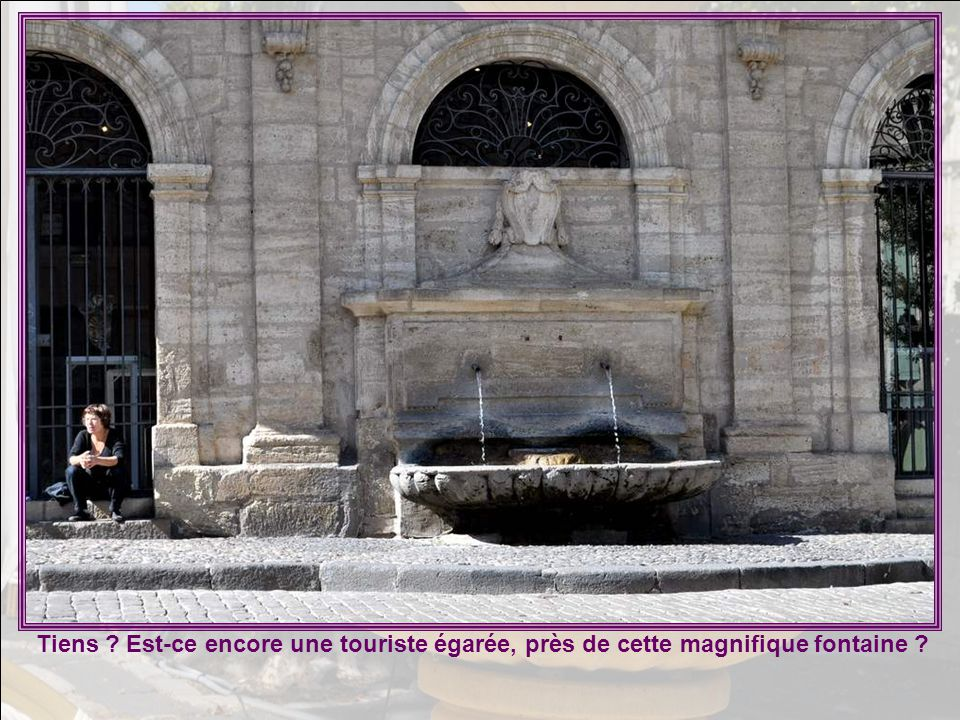 Tiens Est-ce encore une touriste égarée, près de cette magnifique fontaine