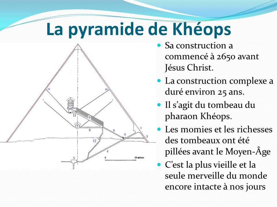 La pyramide de Khéops Sa construction a commencé à 2650 avant Jésus Christ. La construction complexe a duré environ 25 ans.