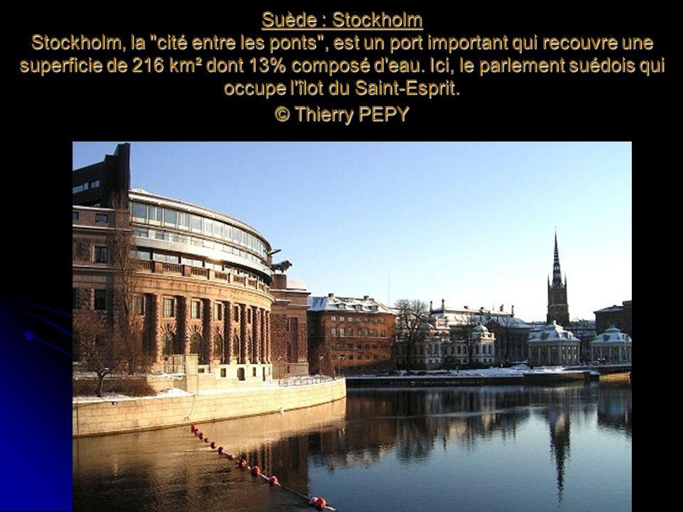 Suède : Stockholm Stockholm, la cité entre les ponts , est un port important qui recouvre une superficie de 216 km² dont 13% composé d eau.