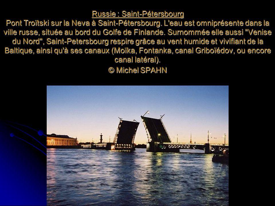 Russie : Saint-Pétersbourg Pont Troïtski sur la Neva à Saint-Pétersbourg.