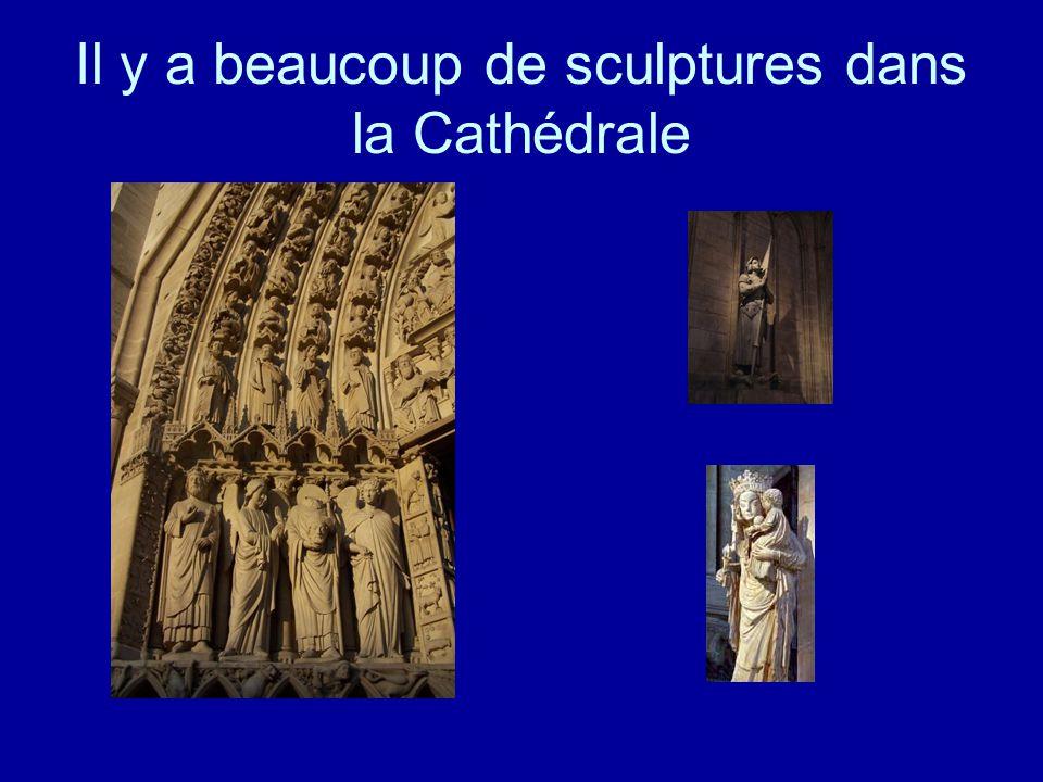 Il y a beaucoup de sculptures dans la Cathédrale