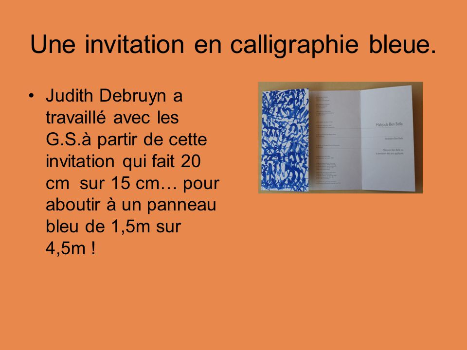 Une invitation en calligraphie bleue.