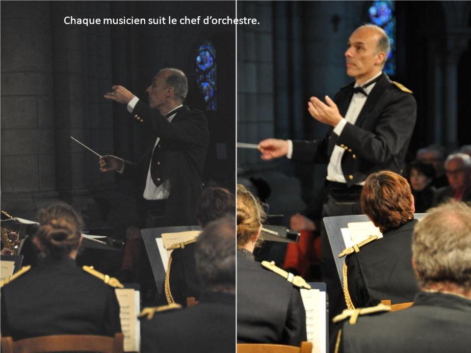 Chaque musicien suit le chef d'orchestre.