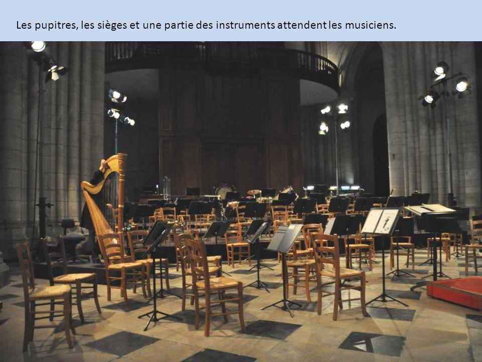 Les pupitres, les sièges et une partie des instruments attendent les musiciens.