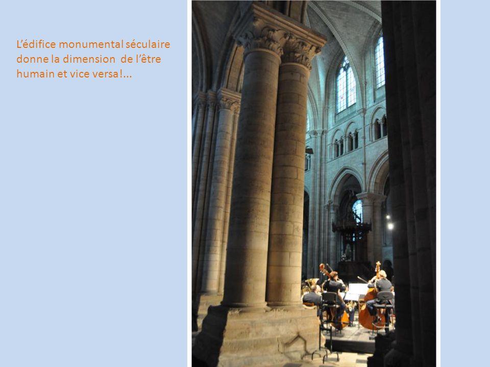 L'édifice monumental séculaire donne la dimension de l'être humain et vice versa!...
