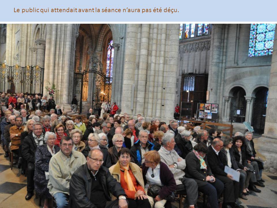 Le public qui attendait avant la séance n'aura pas été déçu.