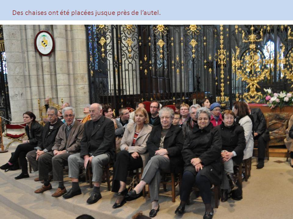 Des chaises ont été placées jusque près de l'autel.