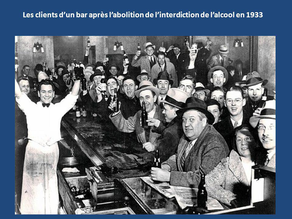 Les clients d'un bar après l'abolition de l'interdiction de l'alcool en 1933