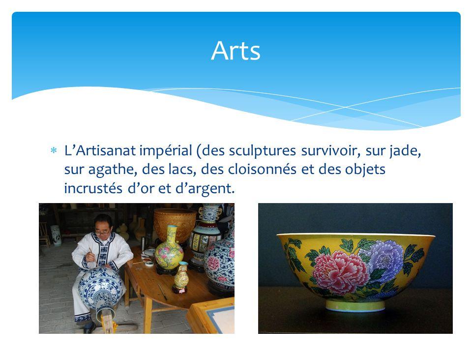 Arts L'Artisanat impérial (des sculptures survivoir, sur jade, sur agathe, des lacs, des cloisonnés et des objets incrustés d'or et d'argent.