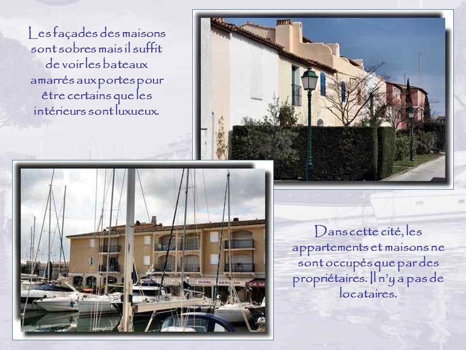 Les façades des maisons sont sobres mais il suffit de voir les bateaux amarrés aux portes pour être certains que les intérieurs sont luxueux.