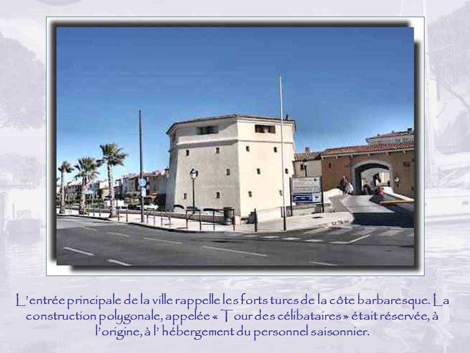L'entrée principale de la ville rappelle les forts turcs de la côte barbaresque.
