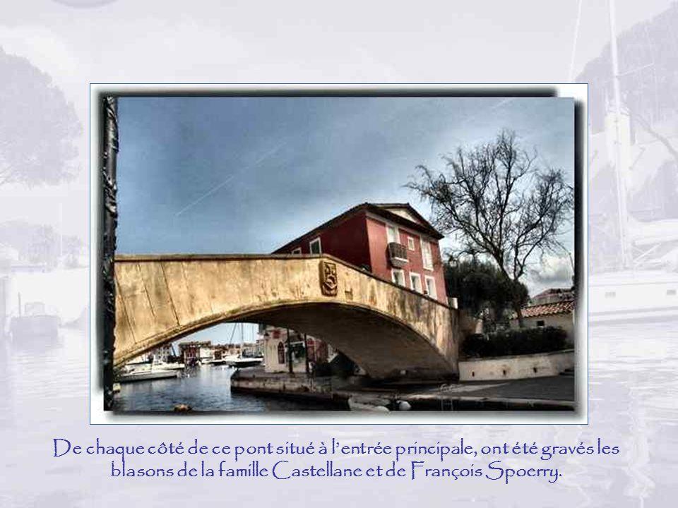 De chaque côté de ce pont situé à l'entrée principale, ont été gravés les blasons de la famille Castellane et de François Spoerry.