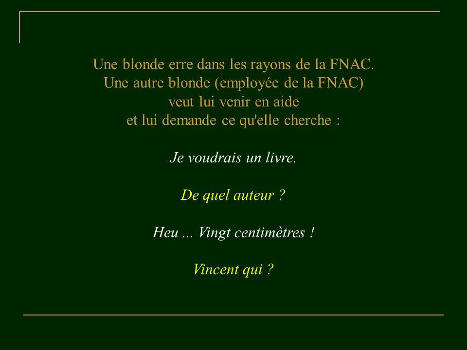 Une blonde erre dans les rayons de la FNAC.