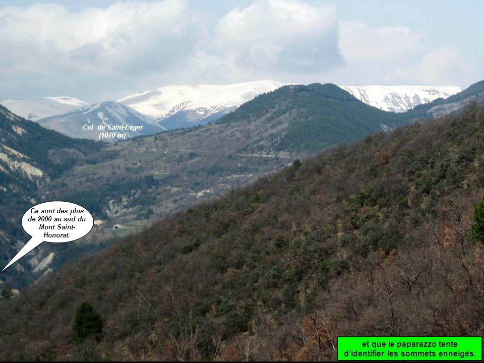 et que le paparazzo tente d'identifier les sommets enneigés.