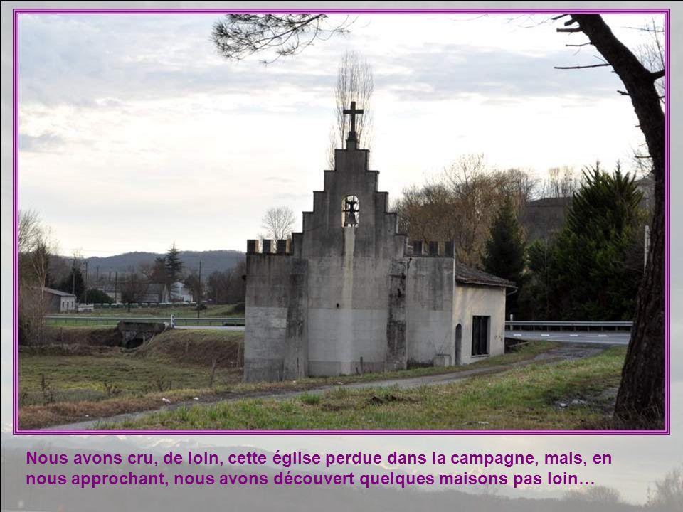 Nous avons cru, de loin, cette église perdue dans la campagne, mais, en nous approchant, nous avons découvert quelques maisons pas loin…
