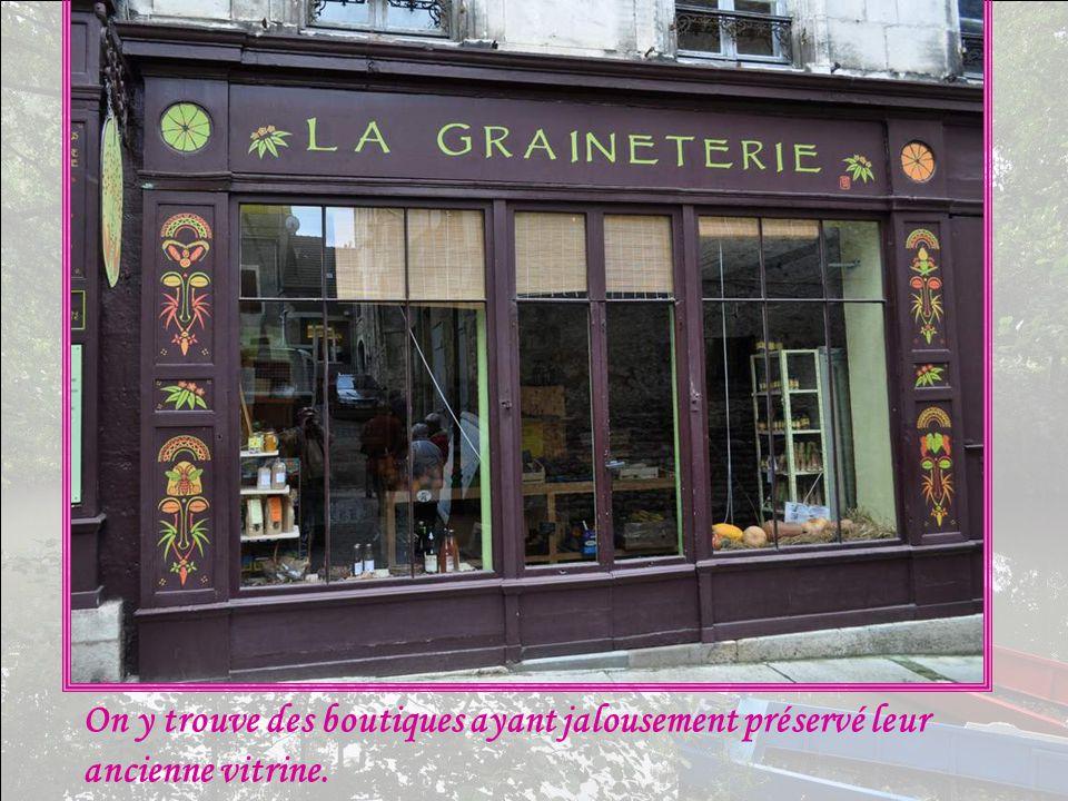 On y trouve des boutiques ayant jalousement préservé leur ancienne vitrine.