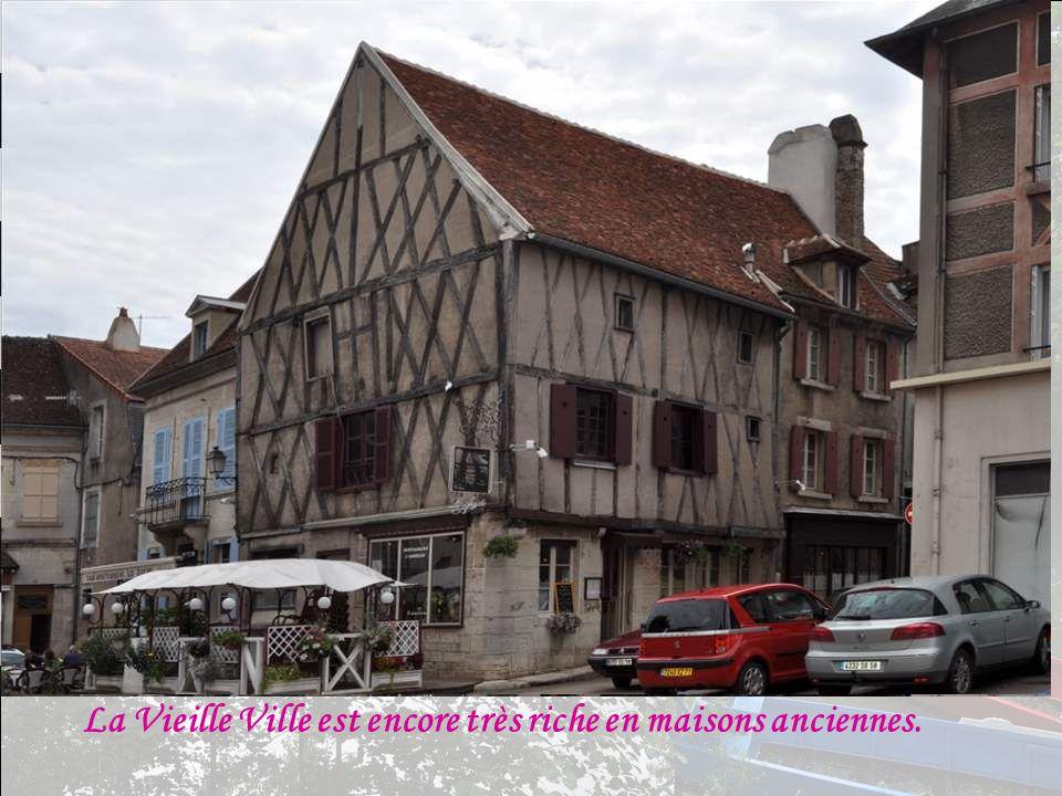 La Vieille Ville est encore très riche en maisons anciennes.